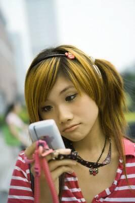 When spending time with other friends or robots what percent of that time do you spend looking at your mobile device?