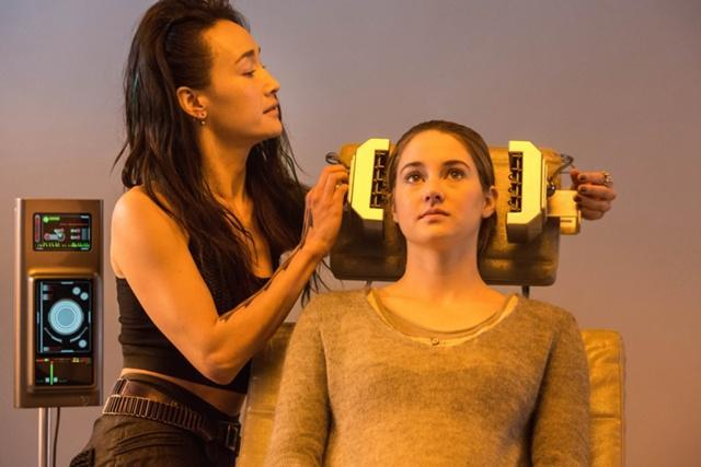 What was the name and faction of the person that did Tris' aptitude test?  (Write it like this: Name/Faction)