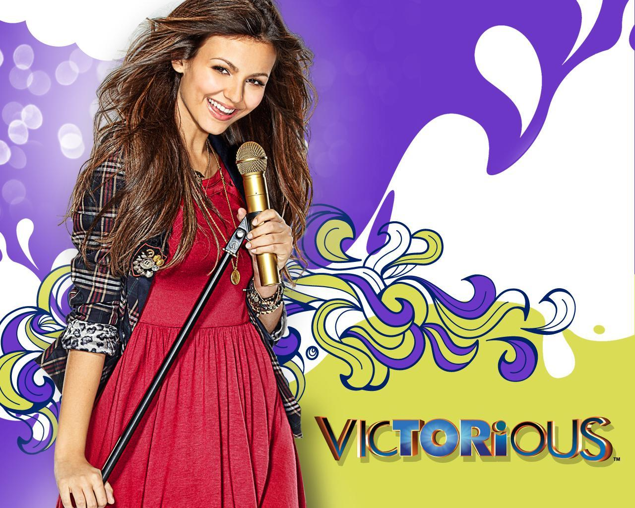 Which 3 celebirties stared in the Nickelodeon show Victorious?