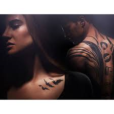 What is the tattoo Tris has on the back of her shoulder (not the one in the photo)?