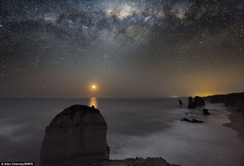 Can the Milky Way galaxy be seen by the naked eye in a clear sky?